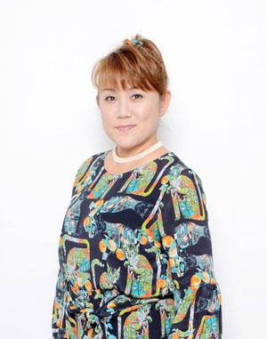 山田 邦子●やまだ・くにこ● 1960年東京生まれ。1981年芸能界デビュー。以後、司会・ドラマ・舞台・講演・執筆などマルチな才能を発揮、自身の名前が番組名につく冠番組を多数持つ。NHK「好きなタレント調査」では8年連続第1位を記録した。2007年、健康番組出演がきっかけで乳がんが見つかり、手術をする。その後は「がん」についての講演なども精力的に行い、2008年には〝がん撲滅〟を目指す芸能人チャリティ組織「スター混声合唱団」を結成し団長を務めた。特技は三味線・イラスト・ウクレレ・ジュエリーデザインなど。栄養士の資格を持ち、趣味は釣り・リサイクル工芸・料理・プロレス観戦。将来の夢は農業に従事すること。沼津市観光大使、とかち観光大使、岩手県山田町復興ふるさと大使、北海道陸別町友好町民の会親善大使、東京都青少年名誉健全育成協力員。2008~2010年には厚生労働省「がんに関する普及啓発懇談会」メンバーとなる。