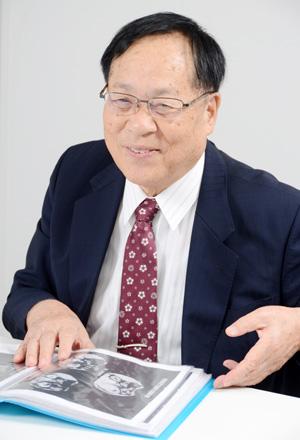 がんの高周波ハイパーサーミア装置は1985年、京都大学の菅原努名誉教授(故人)と機械メーカーである山本ビニター専務取締役・山本五郎氏により共同で開発された。1990年になり電磁波温熱療法「サーモトロンRF-8」は放射線療法と併用のもと、健康保険の適用となった。(同機器により改善した症例を示しながらインタビューに応じる山本氏)