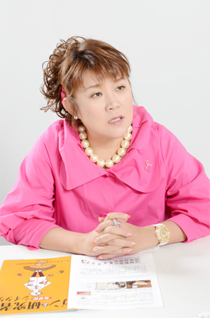 NHK の「好きなタレント調査」で8年連続1 位を記録した山田邦子さん。2007年、乳がん になり手術をする。以後、「がん」についての講演などを精力的に行い、2008年には〝がん撲滅〟を目指す芸能人チャリティ組織「スター混声合唱団」を結成し、以後団長を務めている。2008年〜2010年には厚生労働省「がんに関する普及啓発懇談会」メンバーとして活躍