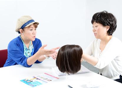 インタビューは5 月30 日(水)、太田プロダクション大会議室において行われた。医療用ウィッグについて説明するスヴェンソンの根岸さん