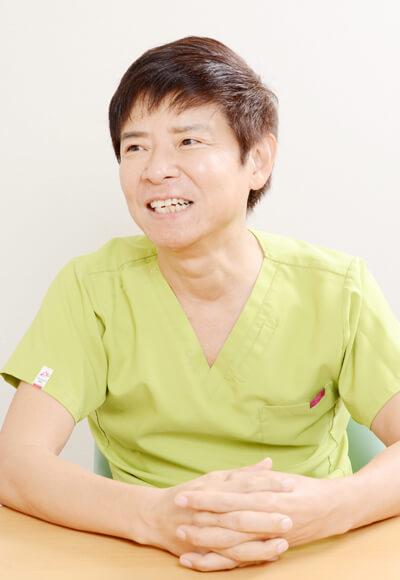 南雲吉則(なぐも・よしのり) 1955年生まれ。1981年東京慈恵会医科大学卒業後、東京女子医科大学形成外科の研修医、東京女子医科大学形成外科、癌研究会付属病院外科を経て東京慈恵会医科大学第一外科乳腺外来医長。1990 年医療法人社団ナグモ会ナグモクリニック開設。1994 年6 月 東京慈恵会医科大学より博士(医学)を取得。2015 年60 歳以上の生き方が輝いている人として『第1 回プラチナエイジ授賞式』で「プラチナエイジスト」を受賞。「一日一食」「ゴボウ茶」「水シャワー」などの若返りダイエット健康法を展開。著書多数。テレビ出演多数。