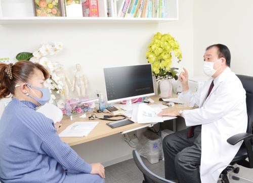 高橋院長との対談は2020 年12 月24 日(木)、東京都文京区本郷の漢方・免疫 たかはし内科クリニックにおいて行われた
